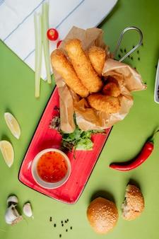 Mozzarella-sticks geserveerd met zoete chilisaus
