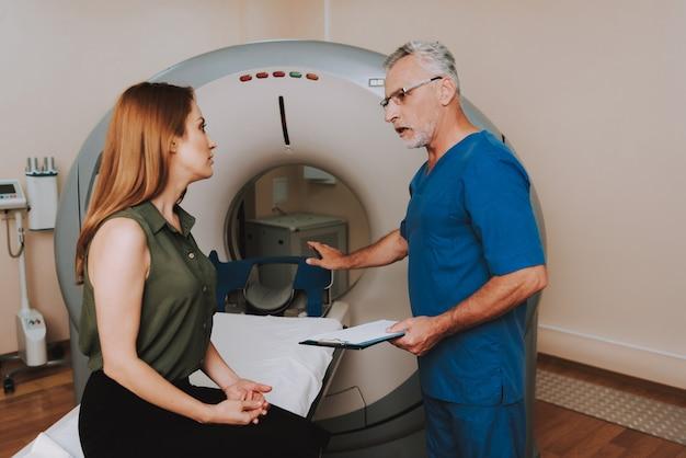 Mri doctor consulting claustrofobische patiënt