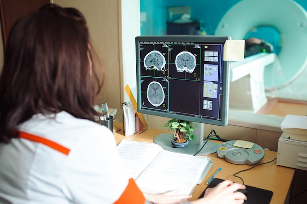 Mri-machine en schermen met arts en verpleegkundige