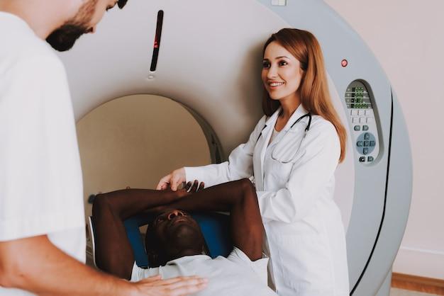 Mri-onderzoek waarbij artsen de patiënt neerzetten.