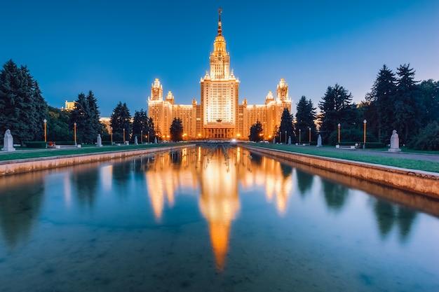 Msu prachtig gouden gebouw in de avond