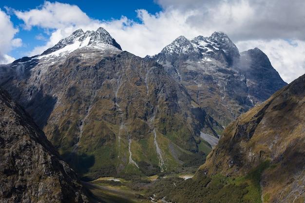 Mt crosscut (links) en christina van homer saddle, upper hollyford valley, fiordland national park, nieuw-zeeland
