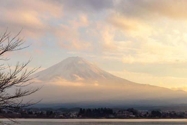 Mt. fuji en meer kawaguchi in zonsondergang in yamanashi, japan