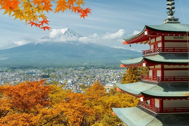 Mt. fuji en rode pagode met de herfstkleuren in de herfstseizoen van japan, japan.