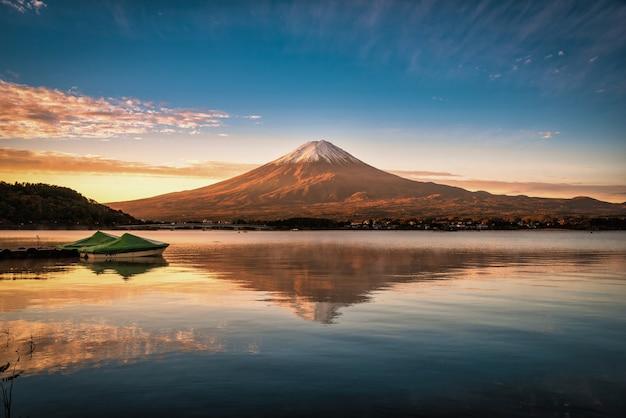 Mt. fuji over lake kawaguchiko bij zonsondergang in fujikawaguchiko, japan.
