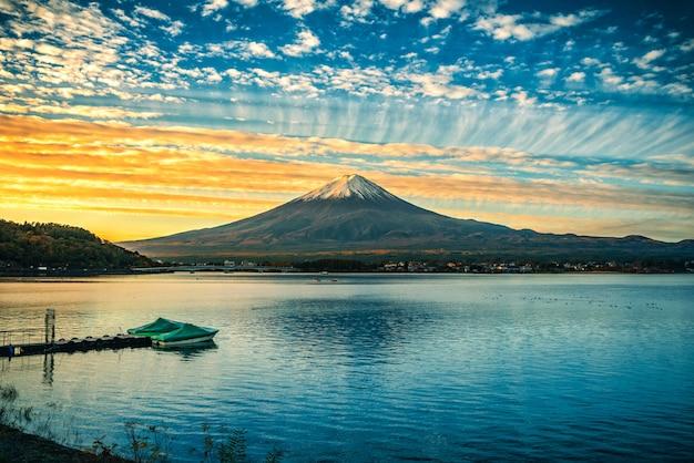 Mt. fuji over lake kawaguchiko bij zonsopgang in fujikawaguchiko, japan.