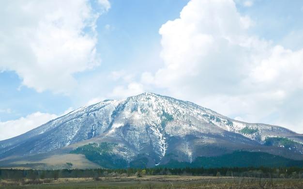 Mt.fuji vormt met wolken achtergrond.