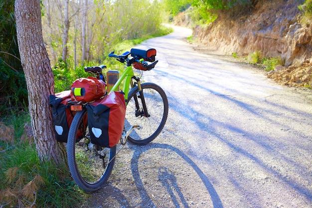 Mtb fietstochtenfiets in een dennenbos