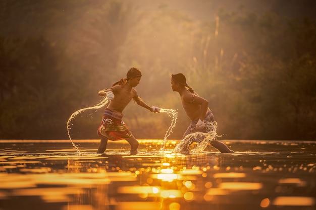 Muay thai, thai boxing in de rivier, thailand