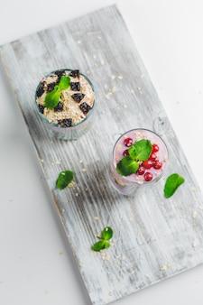 Muesli in een glas met yoghurt en bessen