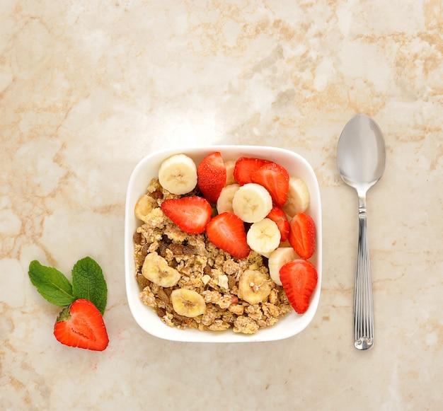 Muesli met bananen en aardbeien