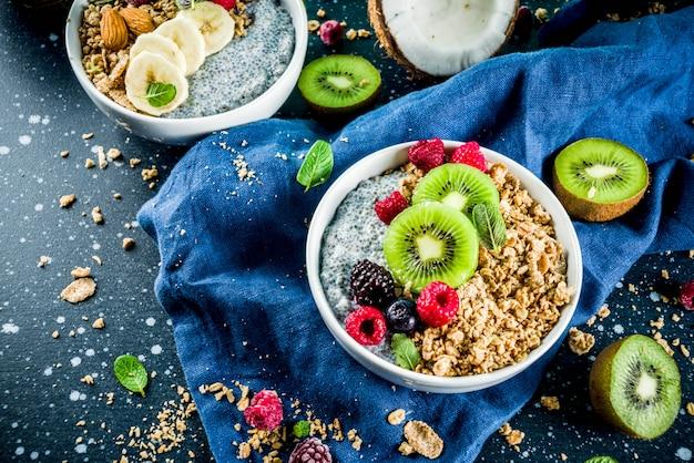 Muesli met chia zaden yoghurt, vers fruit en bessen