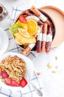 Muesli met fruit, chips en koffie