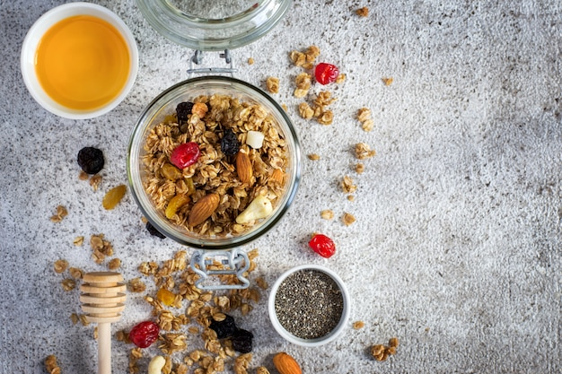 Muesli met gedroogde vruchten, noten en honing