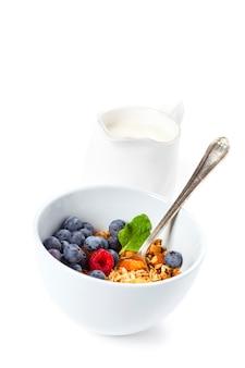 Muesli met verse biologische frambozen en bosbessen. gezond ontbijt