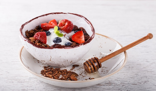 Muesli met yoghurt. zomer gezond ontbijt