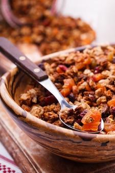 Muesli uit verschillende soorten granen met noten, honing