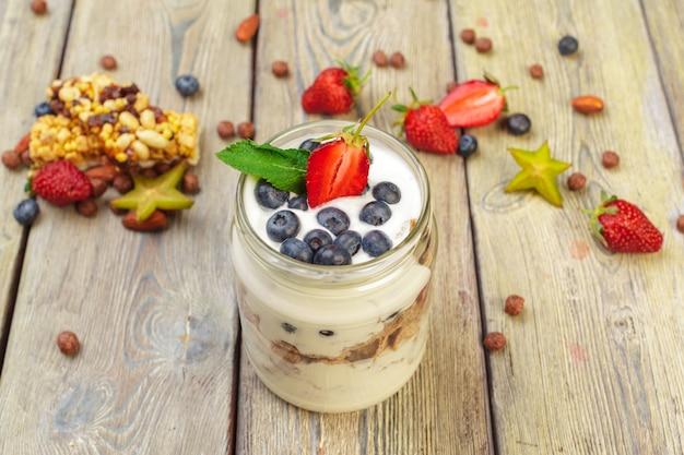 Muesli, yoghurt en aardbeien in potten