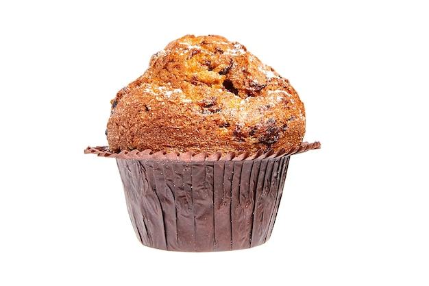 Muffin met chips van chocolade en poedersuiker geïsoleerd