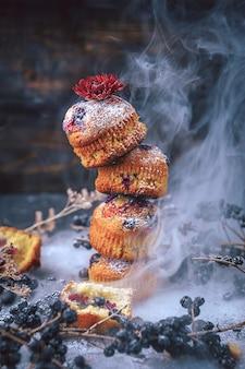 Muffin met krenten op een donkere achtergrond. muffins beklede toren, voor reizen langs het oppervlak van de rook. fantastisch concept
