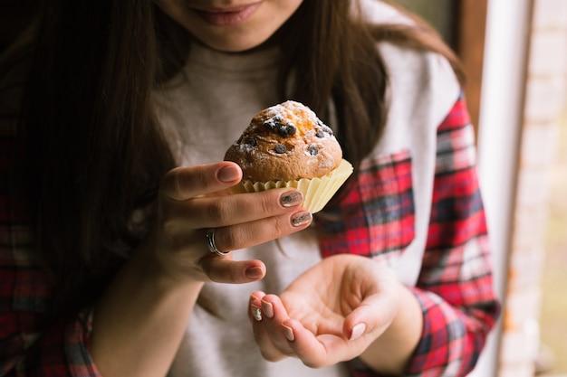 Muffin op meisjeshanden. detailopname.