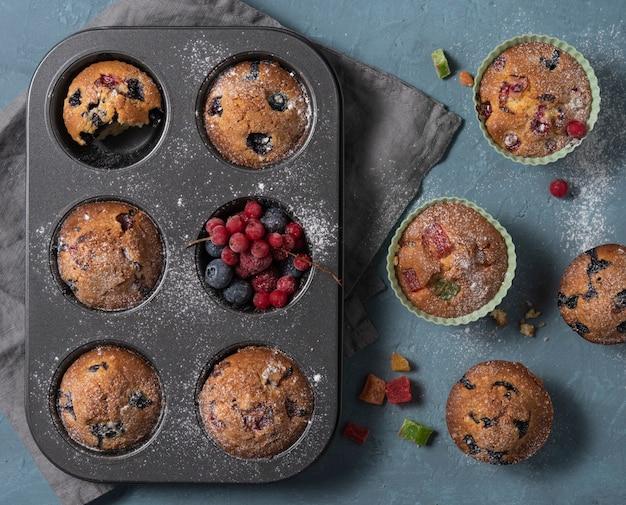 Muffins bosbessen redberry zelfgemaakte cake gebakken bovenaanzicht