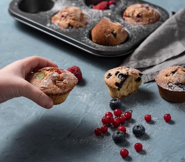Muffins bosbessen redberry zelfgemaakte cake gebakken hand