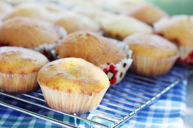 Muffins cool op een rooster