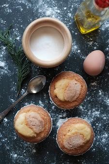 Muffins gemaakt met bloem, olie, suiker en ei