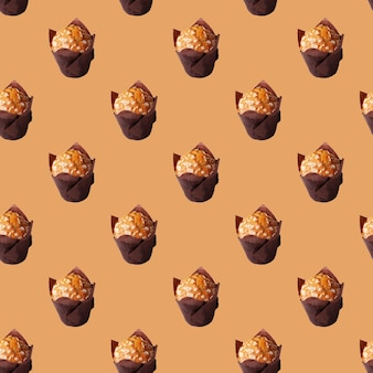 Muffins met amandelen op beige naadloos patroon als achtergrond