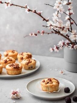 Muffins met bessen en noten op een grijze achtergrond