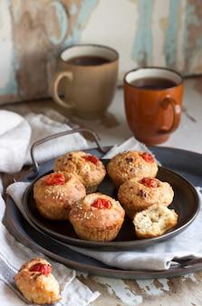 Muffins met kaas, kwark en tomaten, geserveerd met thee