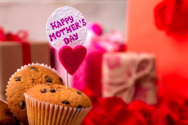 Muffins met moederdagkaart geschenkdozen kaart en cupcakes verschillende cadeautjes voor mama