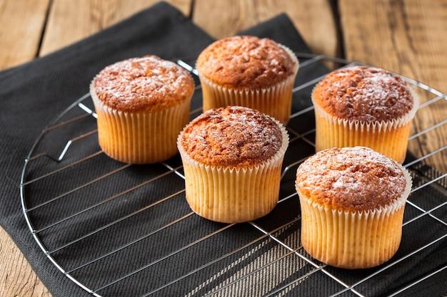 Muffins met poedersuiker op dienblad