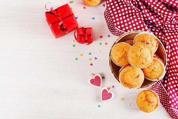 Muffins met pompoen. cupcakes met valentijnsdag decor. plat leggen. bovenaanzicht.