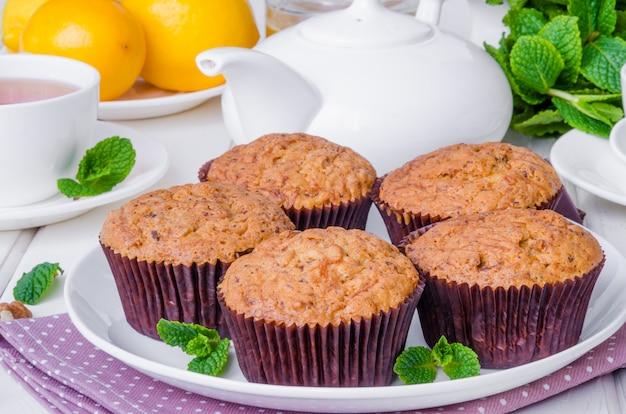 Muffins met pompoen, walnoten, donkere chocolade en tarwezemelen. gezond en dieet dessert.