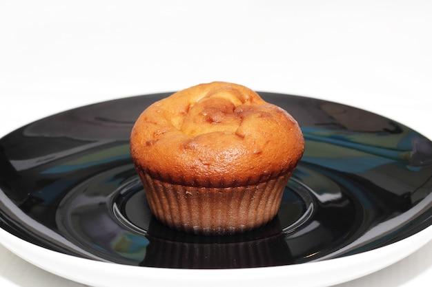 Muffins met thee of koffie op witte tafel