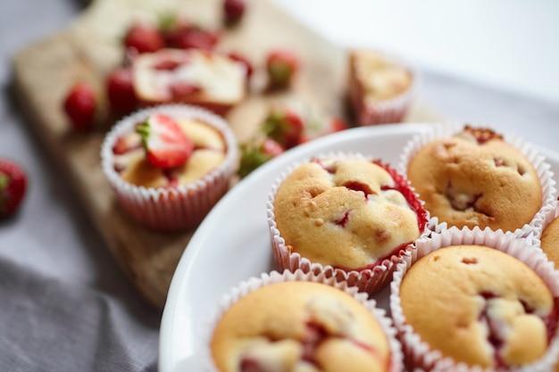 Muffins met verse aardbeien op plaat