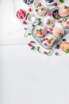 Muffins of cupcakes met bessen