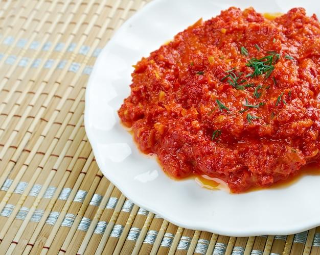 Muhammara - hete peperdip oorspronkelijk uit aleppo, syrië, in levantijnse en turkse keukens