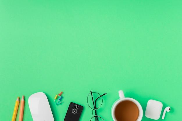 Muis in de buurt van kleurpotloden met kopie-ruimte