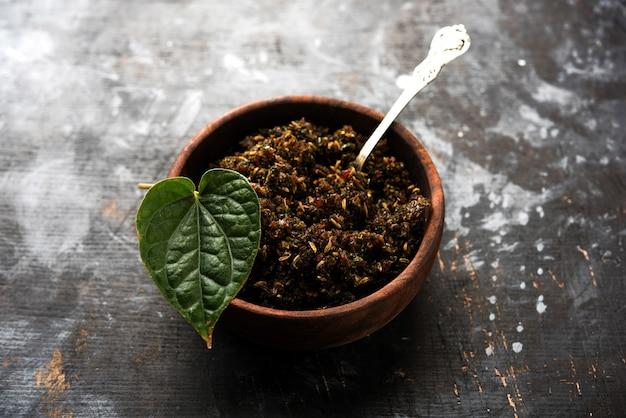 Mukhwas of tambul is een fijne mix van paan masala. het is een populaire mondverfrisser uit india die na de maaltijd wordt geconsumeerd. ook aangeboden aan godin durga devi in puja Premium Foto