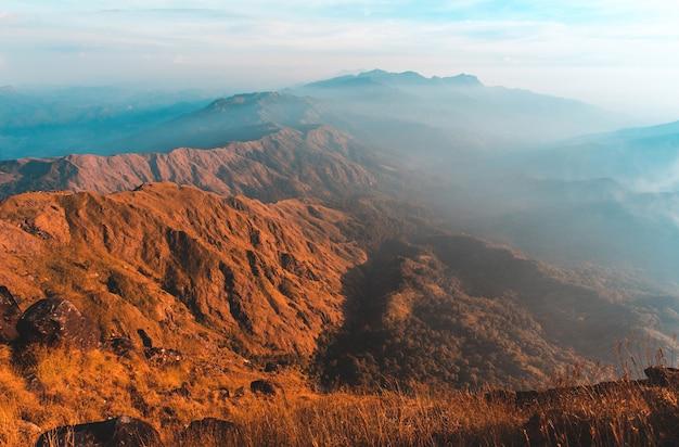 Mulayit taung gouden licht van de ochtendzon en de mist bedekt op mount mulayit, myanmar