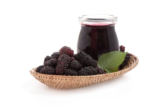 Mulberry fruit en sap geplaatst geïsoleerd op een witte ondergrond.