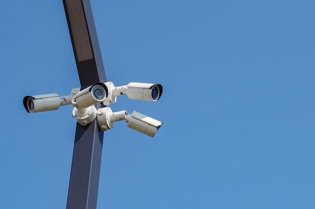 Multi-angle cctv bewakingscamera videoapparatuur op de blauwe hemel