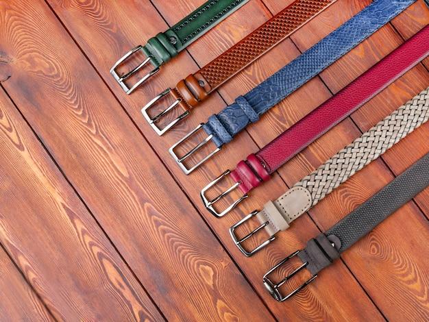 Multi-coloured broekriemen op een plank hoogste mening als achtergrond