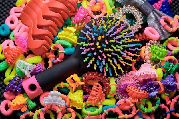 Multi-coloured haarborstel met elastiekjes en haarspelden.