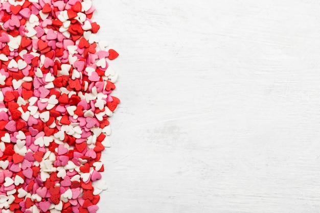 Multi-coloured harten op een witte achtergrond. bovenaanzicht, kopie ruimte