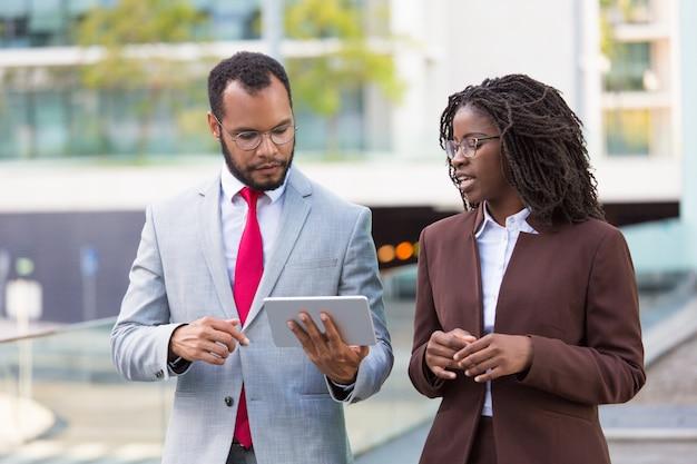 Multi-etnisch commercieel team het kijken naar presentatie