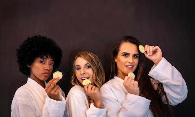 Multi-etnisch levensstijlportret van drie mooie vriendinnen die pret hebben in een schoonheidssalon